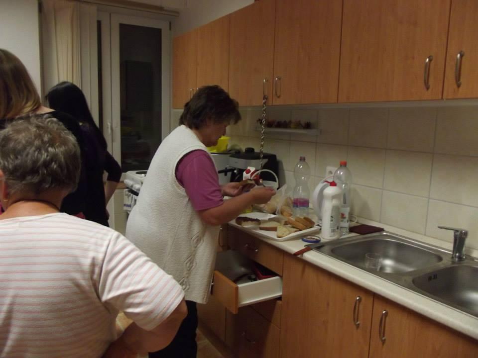 Margit a konyhában sürgött-forgott..